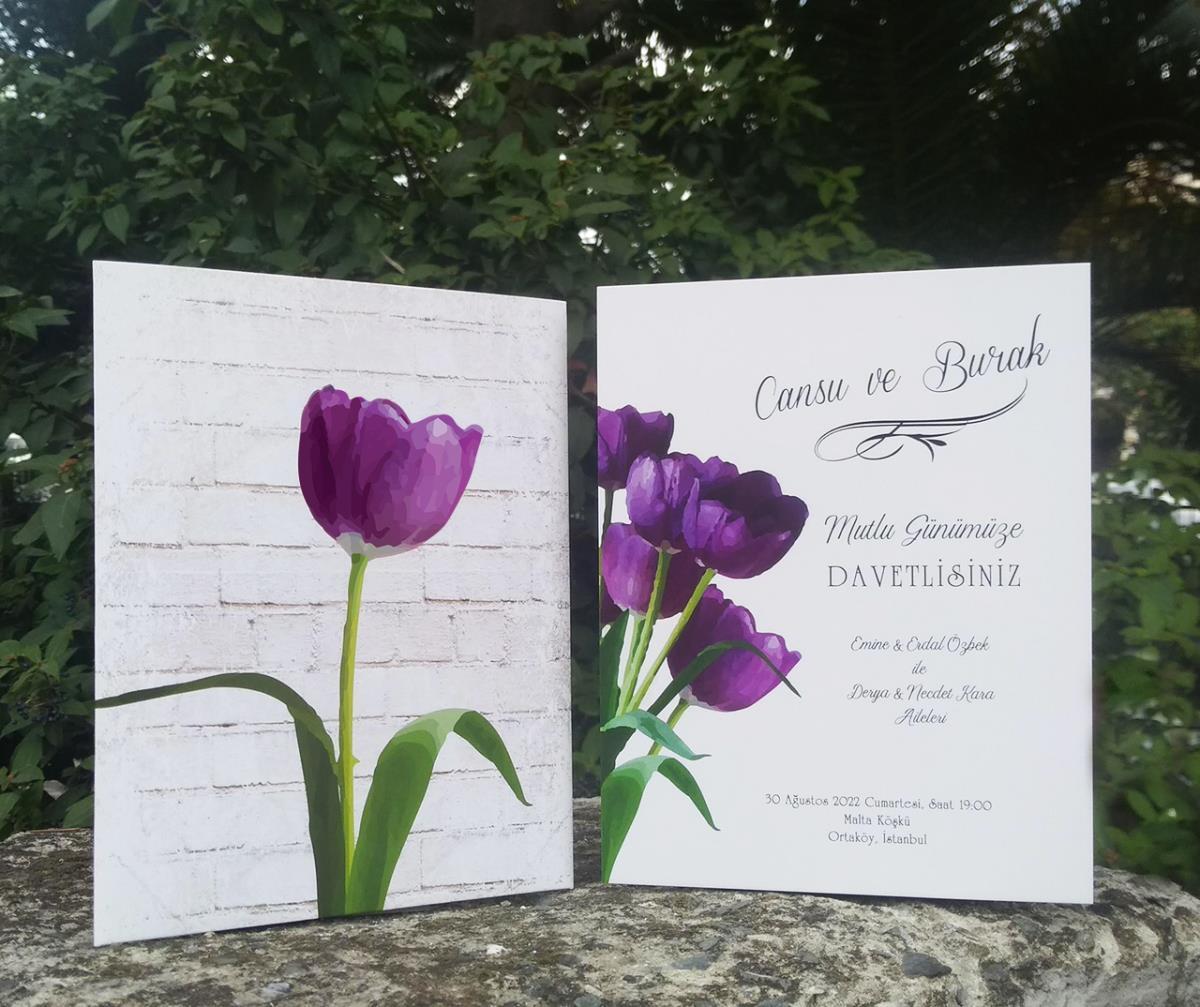 Tek mor lale kapak tasarımlı ve lale buketinin iç kartta kullanıldığı özgün tasarımlı düğün davetiyesi.