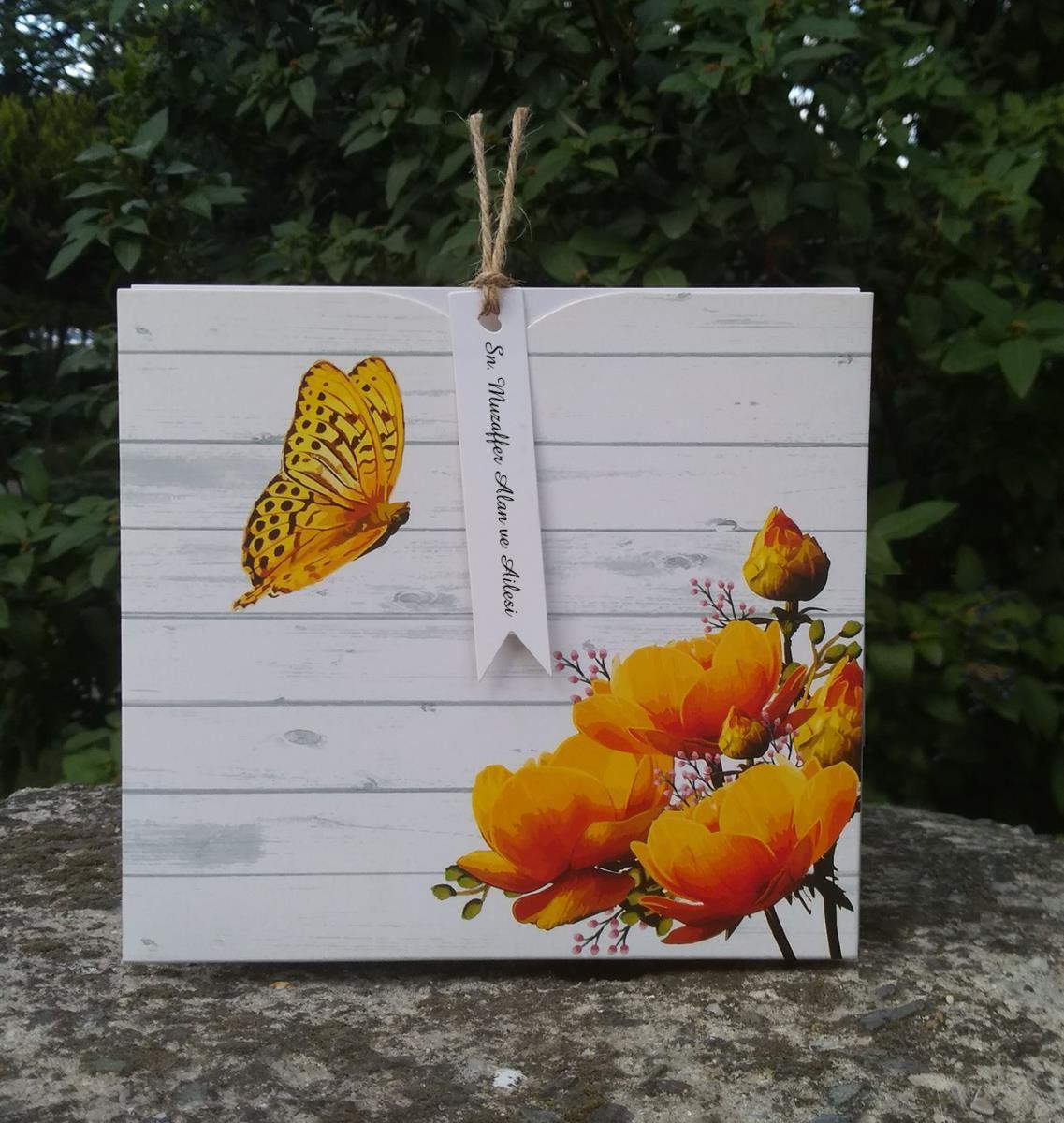Kucak dolusu sarı güllere zarif bir kelebek dokunuşu bulunan özgün tasarım davetiye modeli.
