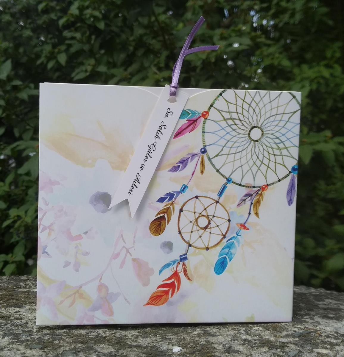 Çok renkli düş kapanı dreamcatcher ile naif sulu boya tasarımlı özgün düğün davetiyesi