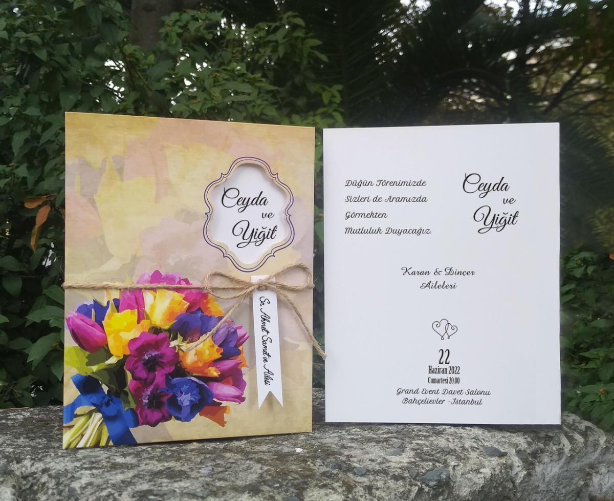 Retro eskitme zemin üzerinde renkli çiçek buketi ile tasarlanmış düğün davetiyesi. Belden bağlamalı ham ip ve flama isimlik aksesuar olarak kullanılmıştır. 100 adet fiyatı 124,00