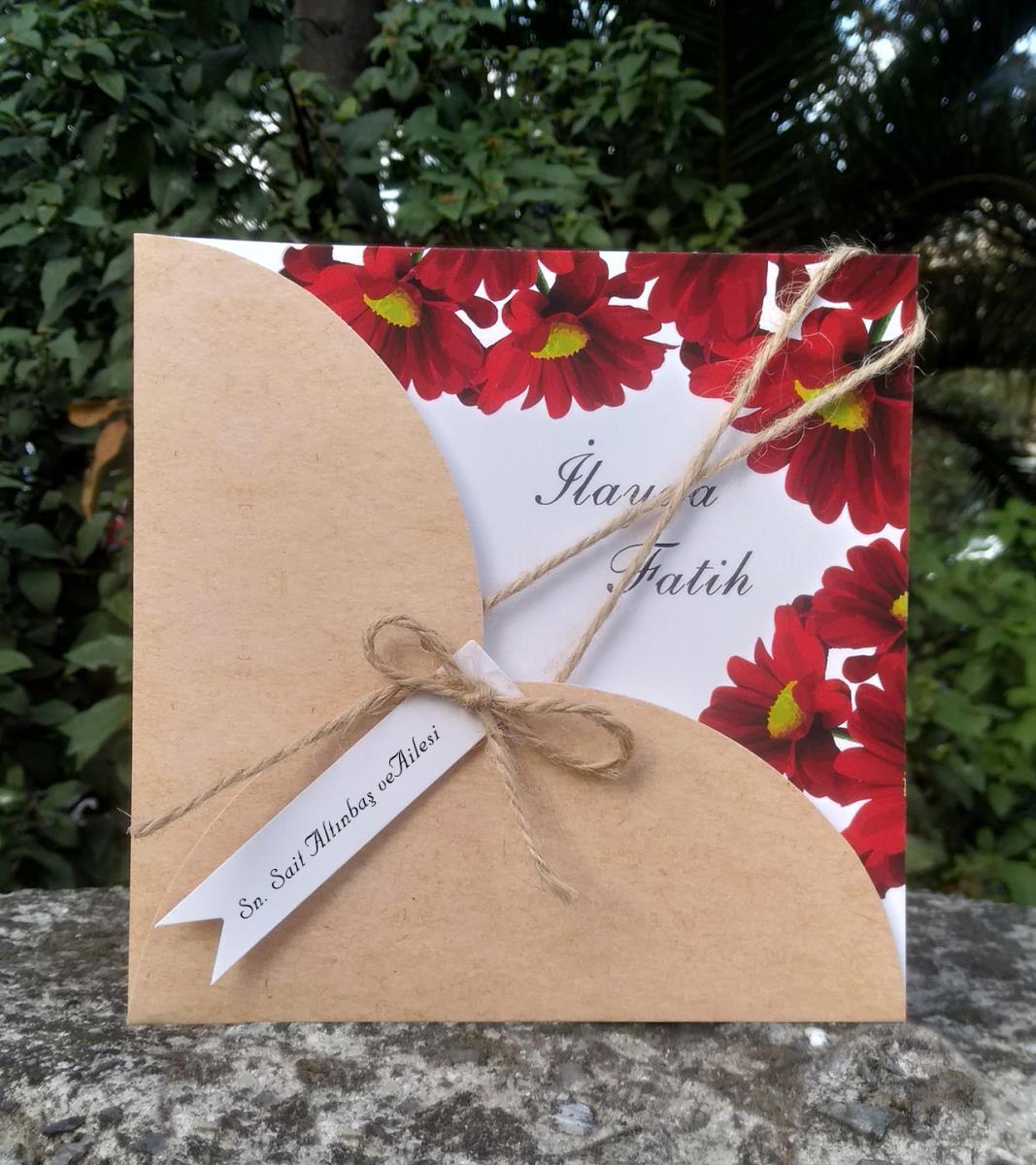 Kurdele aksesuarlı, Kırmızı cerberen çiçekleri ile tasarlanmış, kraft kapaklı düğün davetiyesi