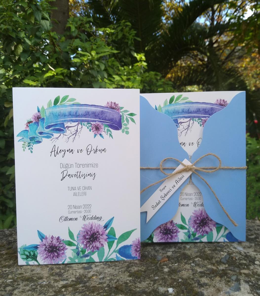 Sulu boya çiçek dekor baskılı düğün davetiyesi. Kraft kapak ham ip ile bağlanmaktadır, dekor baskılı isimlik ve çiçek ile süslenmektedir.