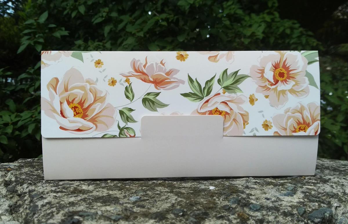 Vintage pembe gül çiçek motifli, saten kurdeleli düğün davetiyesi.