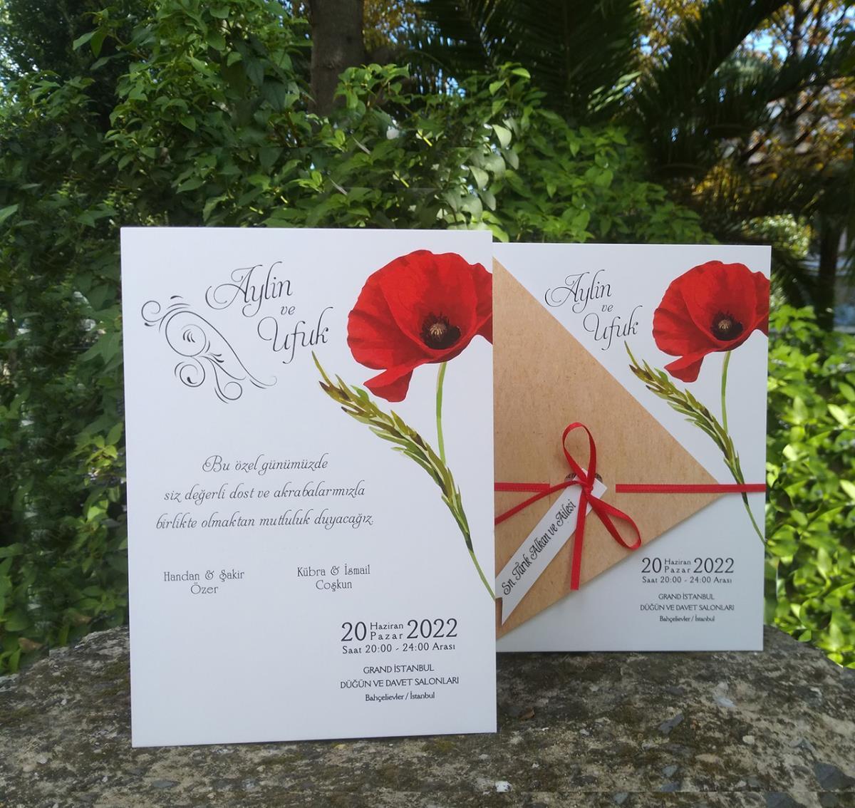 Canlı kırmızı gelincik çiçeği ile tasarlanmış düğün davetiyesi, kraft yarım kapak üzerindeki kalp pencereden geçen kurdele ile bağlanmaktadır.