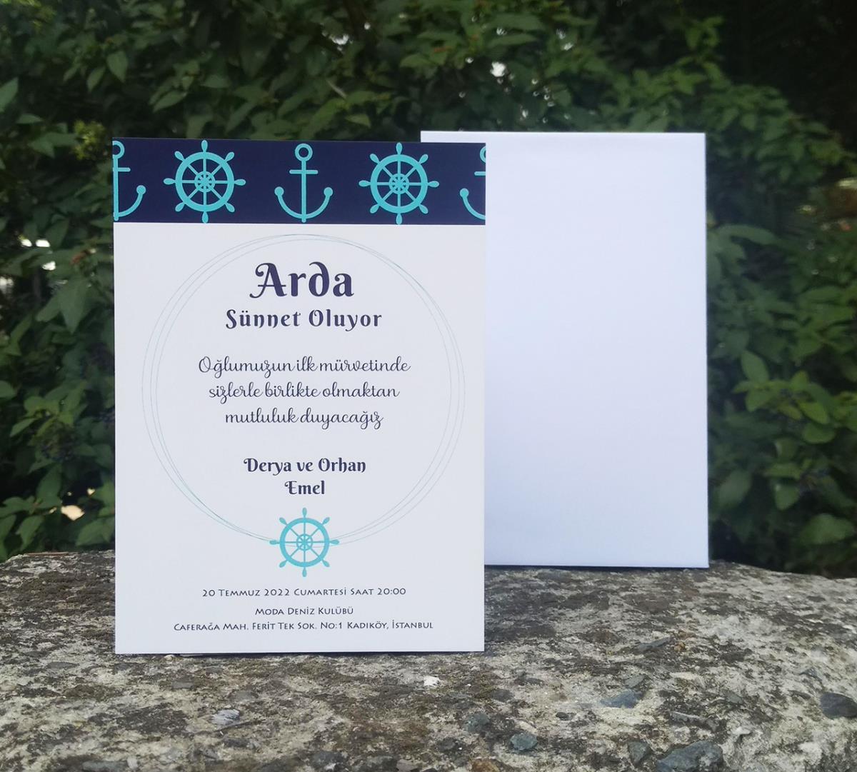 Turkuaz renkli çapa ve dümen motifleri ile süslenmiş, denizci temalı sünnet davetiyemizde ince beyaz zarf kullanılmıştır.