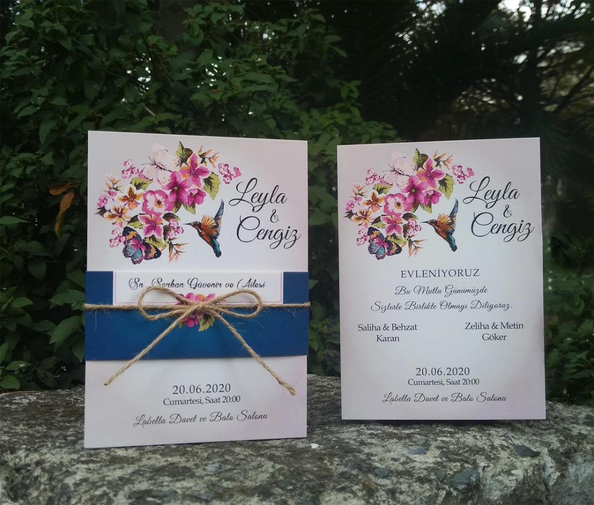 Renkli çiçek buketi ve zarif bir kırlangıç uçuşu ile tasarlanmış düğün davetiyemizde zemin çok beğenilen degredeli pudra pembe rengindedir.