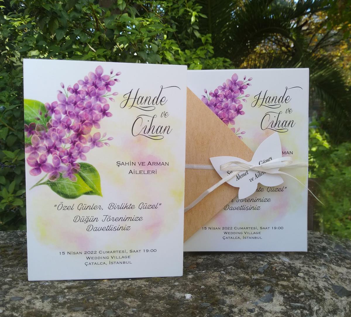 Suluboya sümbül dekor baskılı düğün davetiyesi. Kraft kapak ham ip ile bağlanmaktadır, dekor baskılı isimlik ve çiçek ile süslenmektedir.