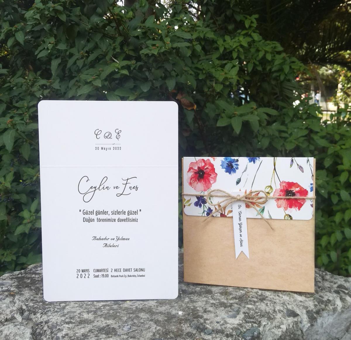 Kraft Cep Zarflı, Kırmızı Çiçek Motifli düğün davetiyesi. Vintage kesimli isimlik kart ve ham ip aksesuarlıdır.