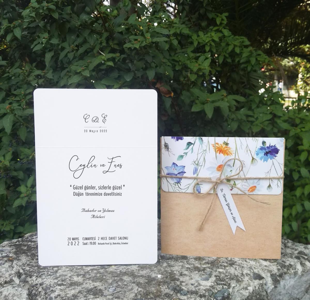 Kraft Cep Zarflı, Mavi Çiçek Motifli düğün davetiyesi. Vintage kesimli isimlik kart ve ham ip kullanılarak tasarlandı.