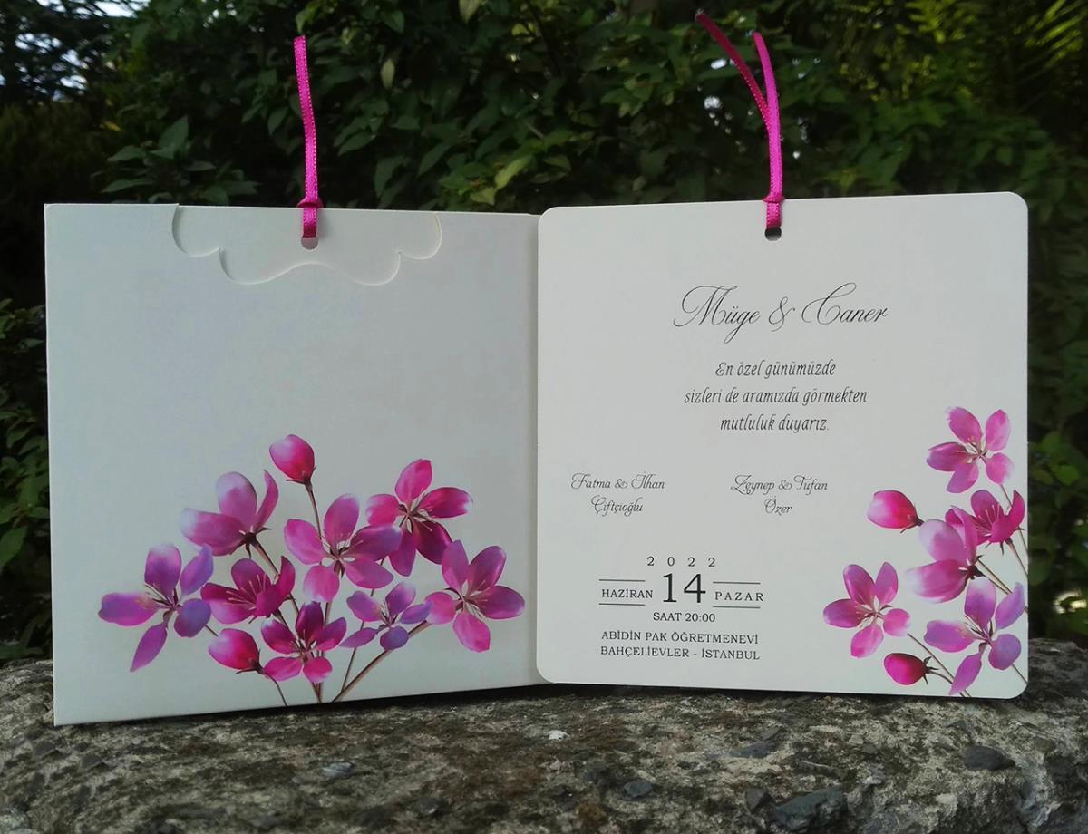 Krem renkli sedefli fantazi kart ile tasarlanmış, pembe kiraz çiçeği temalı ve Saten kurdele aksesuarlı düğün davetiyesi